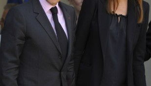 100052-frances-president-sarkozy-and-his-wife-carla-bruni-sarkozy-pose-at-the
