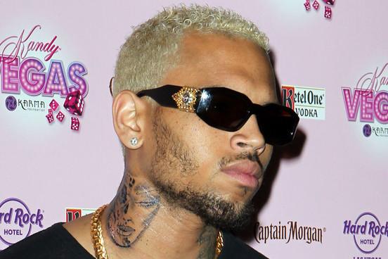 imagen Chris Brown con nuevo tatuaje que parece ser una mujer golpeada