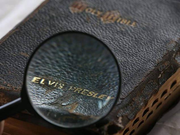 imagen La Biblia de Elvis es subastada por $94000