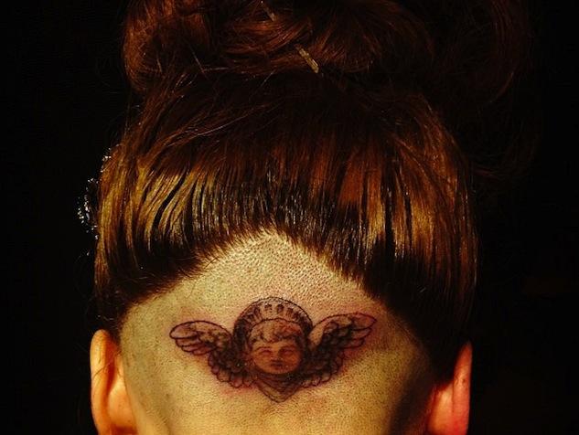 imagen ¡Lady Gaga se tatúa un ángel en la cabeza!