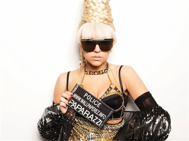"""imagen Lady Gaga le """"saca dos"""" en plena tarima (VIDEO)"""