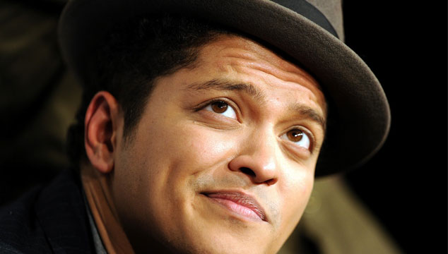 imagen Bruno Mars debutó nuevo sencillo (¿Fusil de The Police?)
