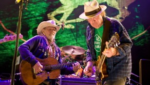 willie-nelson-y-neil-young-durante-el-farm-aid-2012