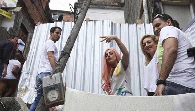 imagen Lady Gaga juega al fútbol y canta con niños de una favela de Río de Janeiro