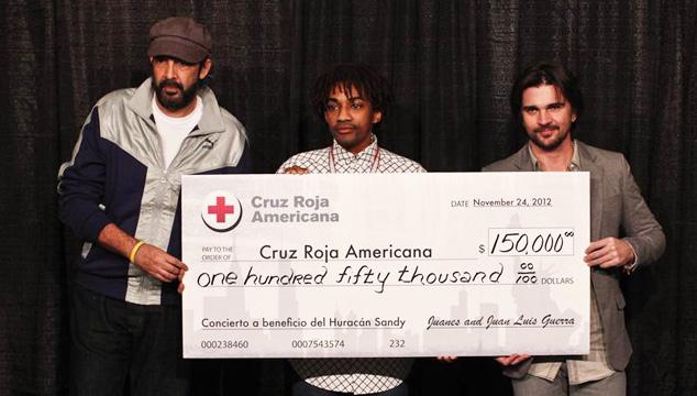 """imagen Juanes y Juan Luis Guerra donan dinero a la Cruz Roja para víctimas """"Sandy"""""""