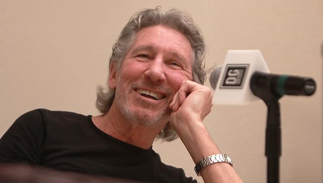 imagen Roger Waters dona una guitarra para cambiar chabolas por viviendas en Chile