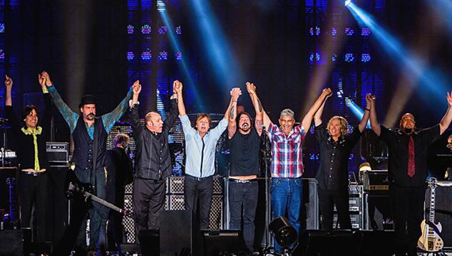 imagen McCartney y los tres sobrevivientes de Nirvana juntos en el escenario