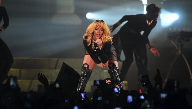 imagen Los fans de Rihanna le lanzan papas al escenario