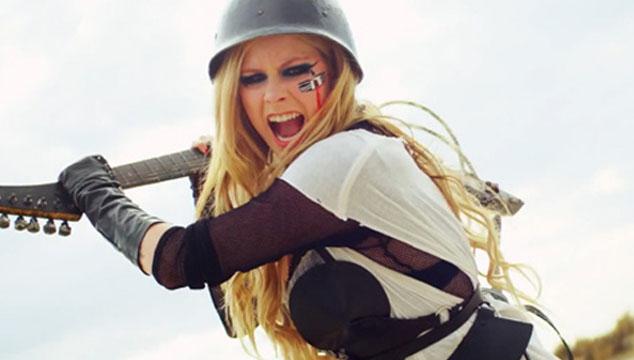"""imagen Avril Lavigne muestra el """"Behind the scenes"""" de su más reciente video, """"Rock N roll"""""""