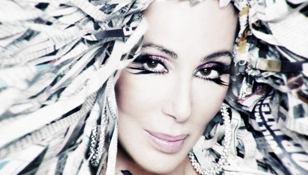 """imagen Cher regresa después de 12 años con su nuevo video """"Woman's World"""" y una peluca de periódico"""