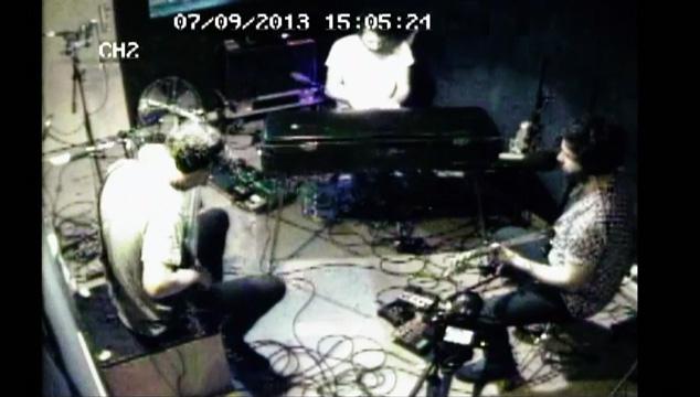 """imagen Foals toca en vivo """"Bad Habit"""" y lo graban con cámaras de seguridad (VIDEO)"""