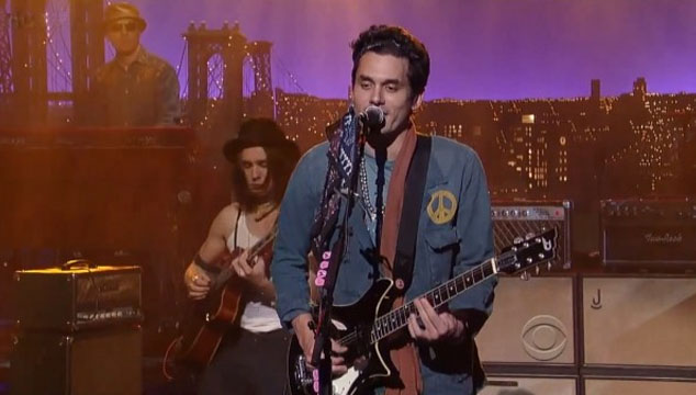 "imagen John Mayer toca ""Wildfire"" en Late Show With David Letterman"