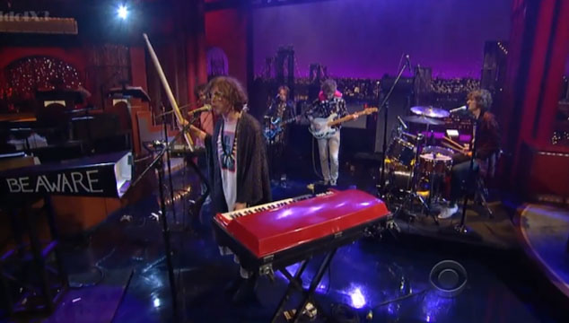 "imagen MGMT toca ""Your Life is a Lie"" con un cencerro gigante en el show de David Letterman"