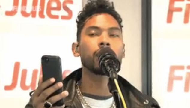 """imagen Miguel le hace un cover a """"Just Like a Pill"""" de Pink con ayuda de su teléfono (VIDEO)"""