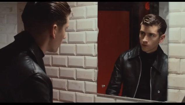 """imagen Alex Turner está muy borracho en el nuevo video de Arctic Monkeys: """"Why'd You Only Call Me When You're High?"""""""