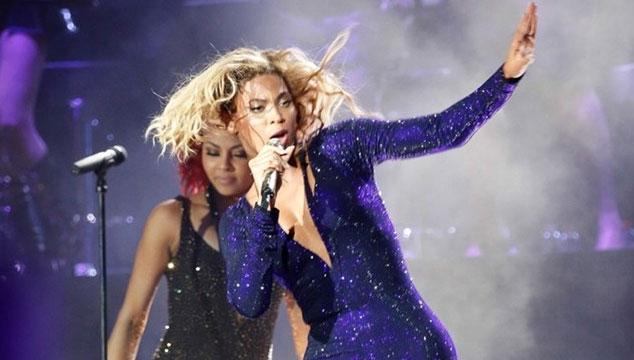 imagen Un fanático lanza a Beyoncé al público durante un concierto (VIDEO)