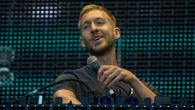 """imagen Calvin Harris llama """"perra estúpida"""" a una fanática en pleno concierto (VIDEO)"""