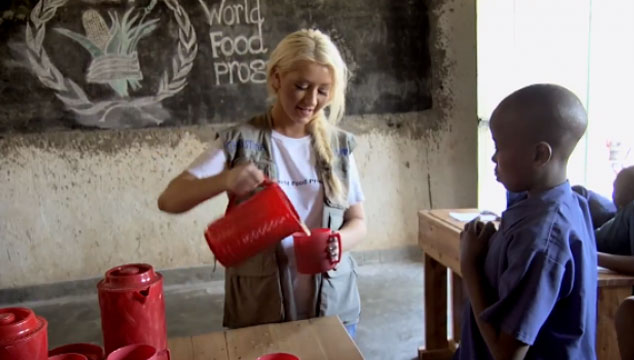 imagen Christina Aguilera alimenta a los niños en Ruanda (VIDEO)