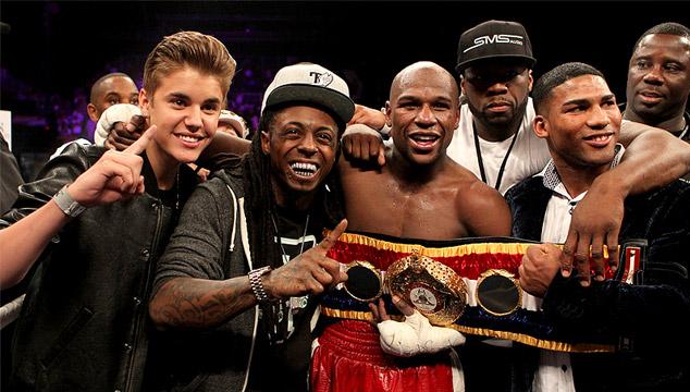 imagen Li'l Wayne y Justin Bieber acompañaron al boxeador Mayweather al ring antes de su pelea (VIDEO)