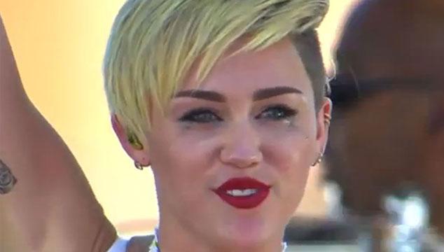 imagen Miley Cyrus estalla a llorar en pleno escenario (VIDEO)