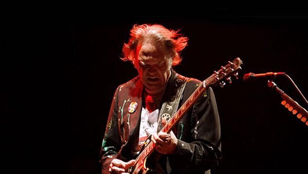 """imagen Neil Young estrena nuevo tema titulado """"Drive My Car"""" durante show de su esposa (VIDEO)"""