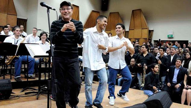"""imagen Rubén Blades cantando """"El Padre Antonio"""" con la Orquesta Juvenil Latino Caribeña de Venezuela (VIDEO)"""