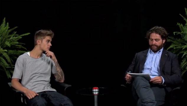 imagen Zach Galifianakis le hace preguntas incómodas y le da correazos a Justin Bieber (VIDEO)