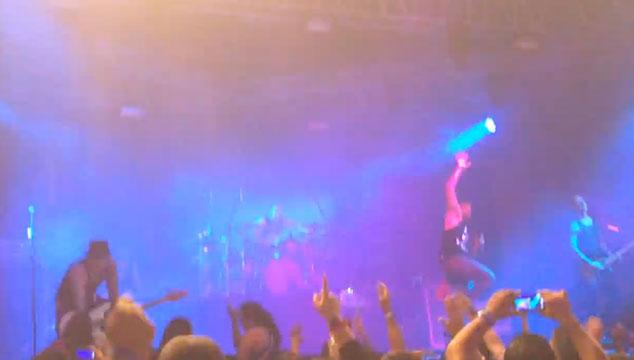 imagen Asier Cazalis se cae del escenario durante un concierto de Caramelos de Cianuro (VIDEO)