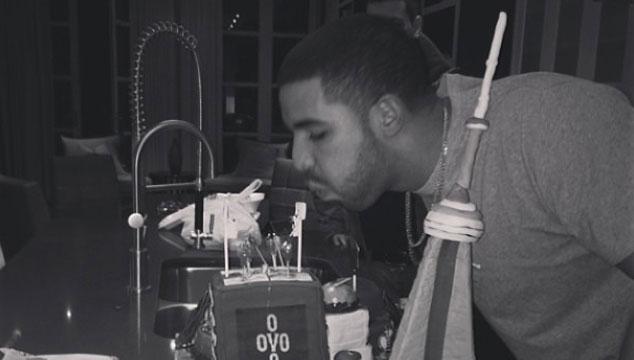 imagen Drake muestra su rara torta de cumpleaños (FOTOS)