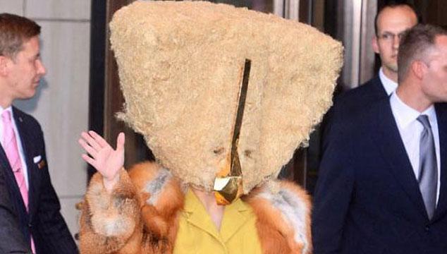 imagen Lady Gaga se viste de pollo y camina por las calles de Berlín (FOTO)