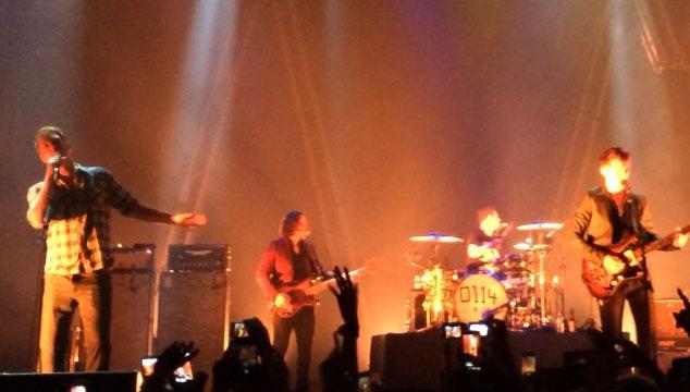 "imagen Arctic Monkeys toca ""Knee Socks"" con Josh Homme de invitado (VIDEO)"