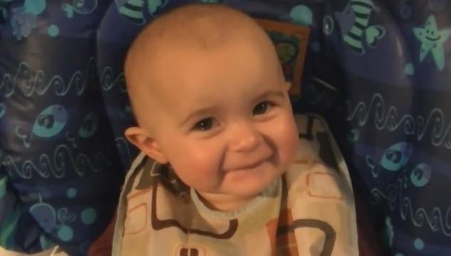 imagen Una bebé se pone a llorar por el canto de su mamá (VIDEO)