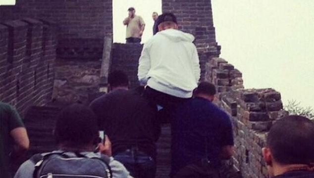 imagen Justin Bieber mandó a sus guardaespaldas a que lo cargaran en hombros en la muralla china (FOTOS)