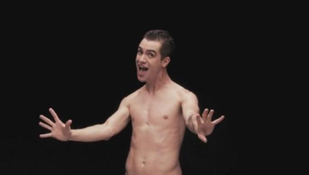 "imagen Brendon Urie se desnuda en ""Girls/Girls/Boys"", el nuevo video de Panic! At The Disco"