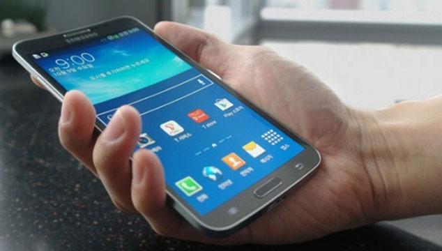 imagen Samsung presenta su primer celular con pantalla curva (FOTOS Y VIDEO)