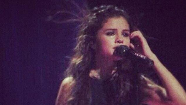 imagen Selena Gómez se pone a llorar (¿por Justin Bieber?) en pleno escenario (VIDEO)