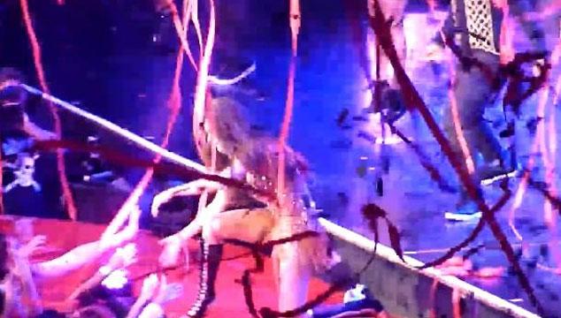 imagen Selena Gómez se cae de la tarima en pleno concierto (VIDEO)