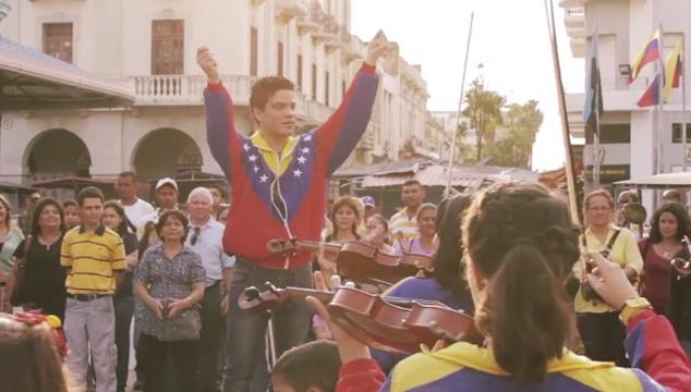 """imagen Sistema de Orquestas Juveniles del Zulia hace un flashmob interpretando """"Venezuela"""" (VIDEO)"""