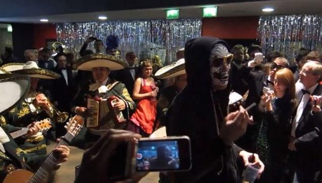 "imagen Win Butler de Arcade Fire canta ""Reflektor"" con una banda de mariachis"