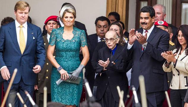 imagen La reina Máxima de Holanda ayuda al maestro Abreu (literalmente) (FOTOS)
