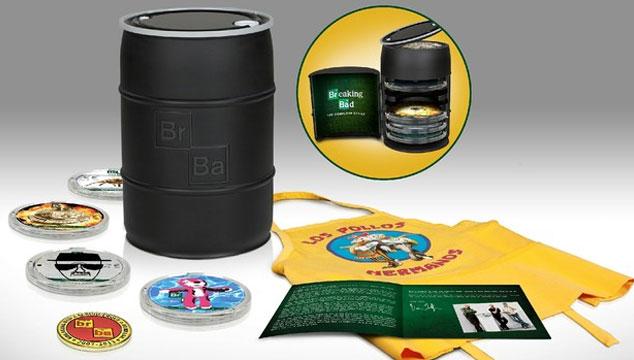 imagen Vince Gilligan muestra en un video el contenido del 'barril' de colección de 'Breaking Bad'