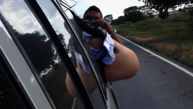 imagen Diosa Canales hace pipí desde la ventana de un carro (FOTO)