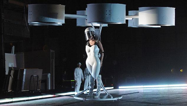 imagen Lady Gaga presenta 'VOLANTIS', el primer vestido volador