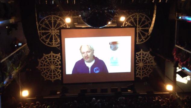 imagen Julian Assange (el creador de Wikileaks) abrió un concierto de M.I.A. a través de Skype (VIDEO)