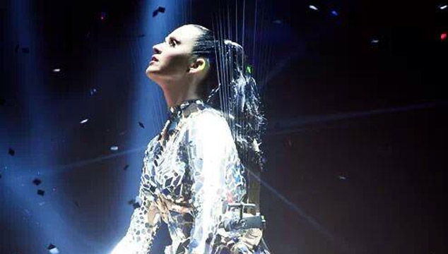 "imagen Katy Perry cantó ""Unconditionally"" en los EMA's 2013 (VIDEO)"