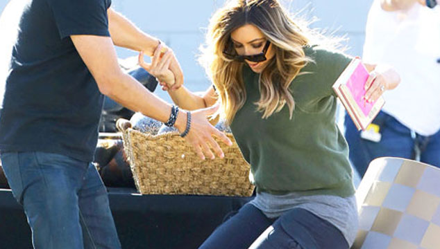 imagen Kim Kardashian se cae en una venta de garage (VIDEO)