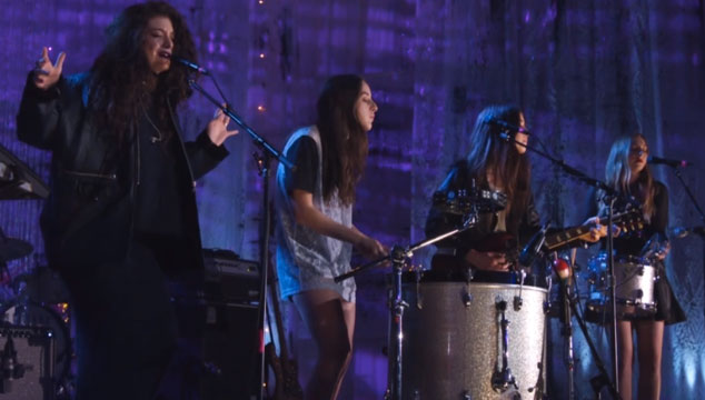 "imagen HAIM y Lorde se unen en tarima para versionar ""Strong Enough"" de Sheryl Crow"