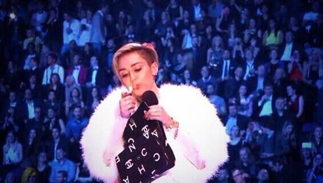 imagen Miley Cyrus prende un porro en pleno escenario de los EMA's (VIDEO)