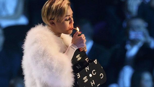 imagen Holanda investiga si Miley Cyrus violó la ley al fumar en los EMA's 2013