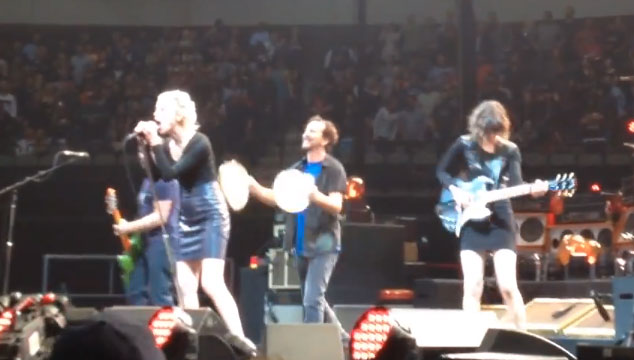 "imagen Pearl Jam, St. Vincent y Carrie Brownstein versionan ""Rockin' In The Free World"" de Neil Young"